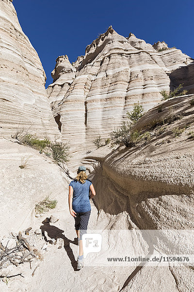 USA  New Mexico  Pajarito Plateau  Sandoval County  Kasha-Katuwe Tent Rocks National Monument  Tourist im Wüstental mit bizarren Felsformationen