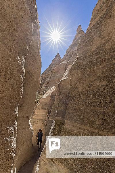 USA  New Mexico  Pajarito Plateau  Sandoval County  Kasha-Katuwe Tent Rocks National Monument  Tourist im Slot Canyon