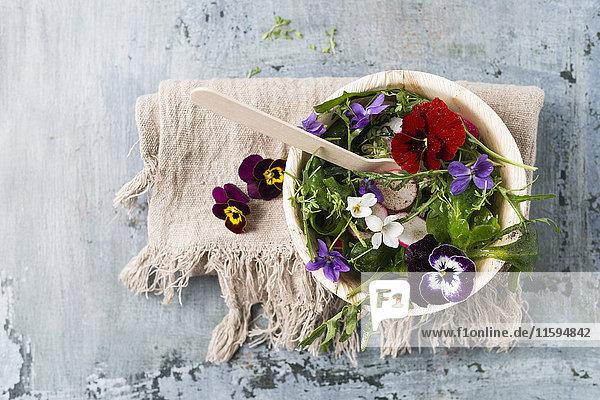 Schüssel Blattsalat mit Radieschen  Kresse und essbaren Blumen