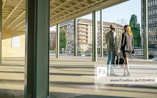 Junge Geschäftsleute im Gespräch beim Bürogebäude