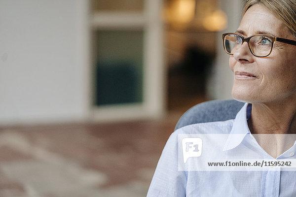 Geschäftsfrau mit Brille  die wegschaut.