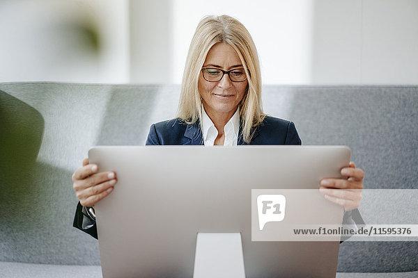 Geschäftsfrau beim Blick auf den Computerbildschirm im Büro