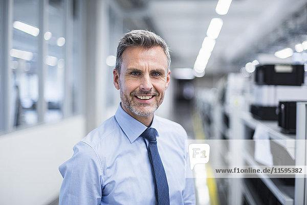 Porträt eines Managers in der Werkstatt einer Fabrik