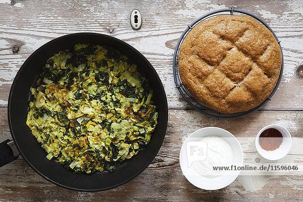 Gemüsepfanne mit Lauch  Frühlingszwiebeln und Mangold