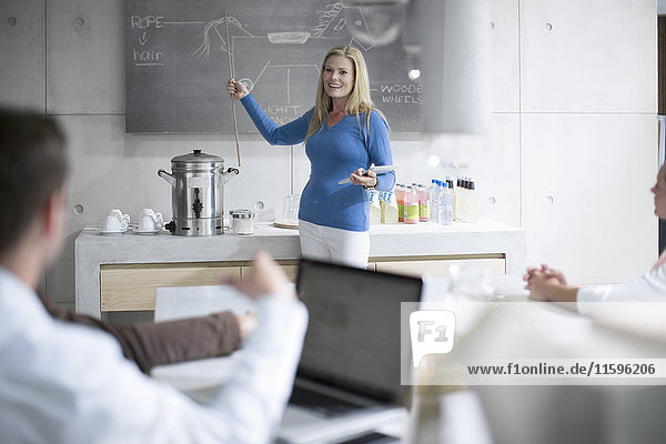 Geschäftsleute mit einer Präsentation des Produktdesigns