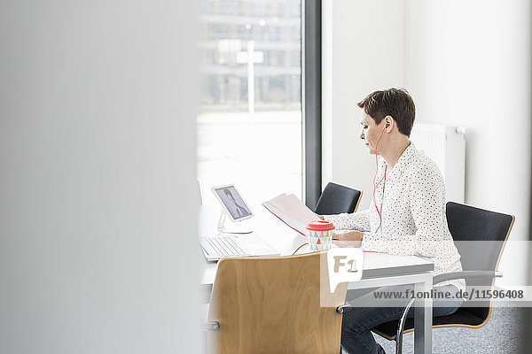 Geschäftsfrau mit Videokonferenz im Büro