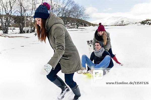 Drei Freunde haben Spaß im Schnee