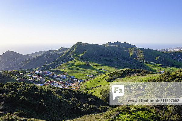 Spanien  Kanarische Inseln  Teneriffa  Anaga Gebirge  Dorf Jardina bei San Cristobal de La Laguna von Mirador de Jardina aus gesehen.