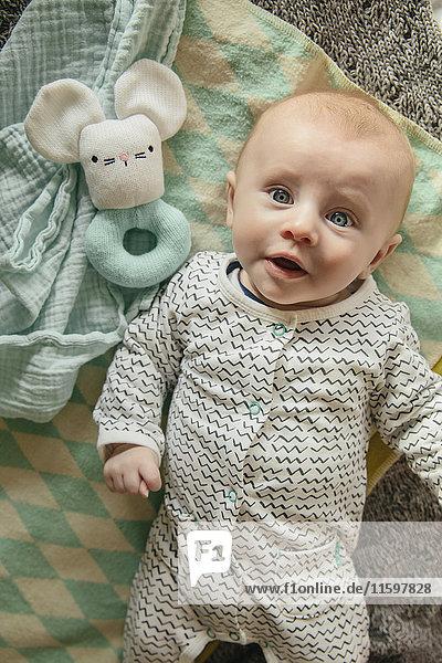 Baby- und Rasselspielzeug von oben gesehen