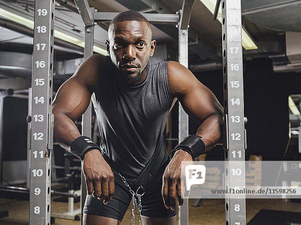 Sportler im Fitnessstudio beim Gewichtheben