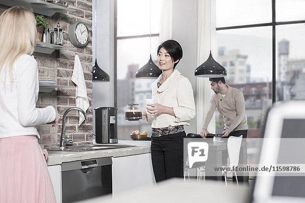 Freunde in der Küche beim gemeinsamen Kaffeetrinken