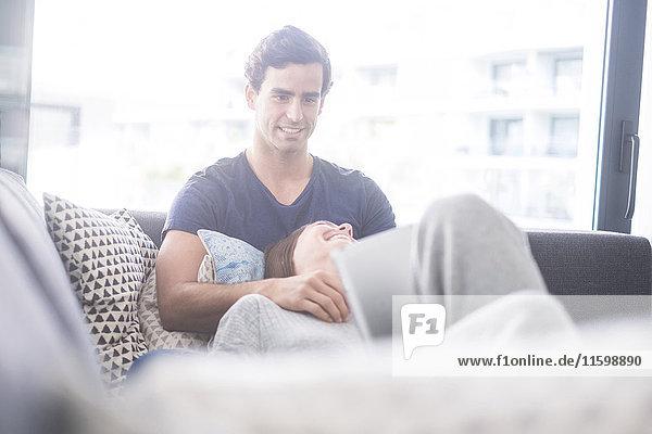 Ein glückliches junges Paar entspannt sich zu Hause Ein glückliches junges Paar entspannt sich zu Hause