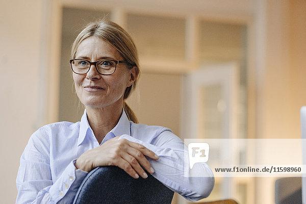 Porträt einer selbstbewussten Geschäftsfrau mit Brille