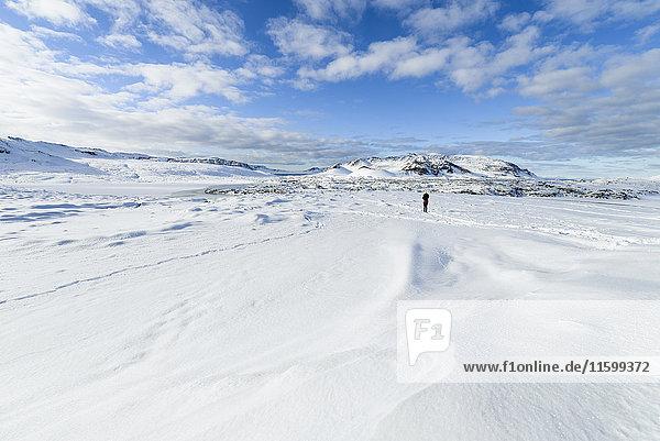 Island  Person in verschneiter Landschaft