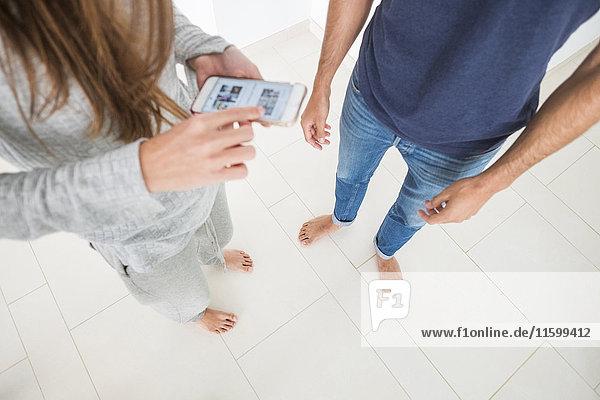 Draufsicht des jungen Paares per Handy