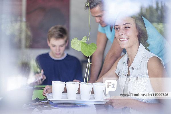 Mann  Junge und Mädchen untersuchende Pflanze Mann, Junge und Mädchen untersuchende Pflanze