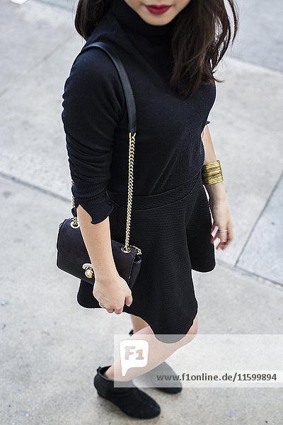 Modische junge Frau in schwarz gekleidet