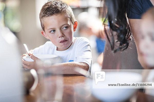 Junge beim Frühstücken am Tisch