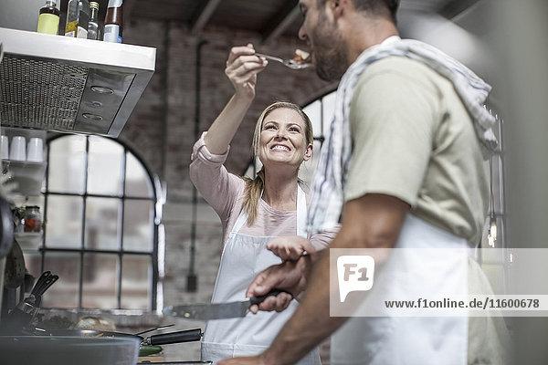 Gemeinsames Kochen und Verkosten von Speisen in der Küche