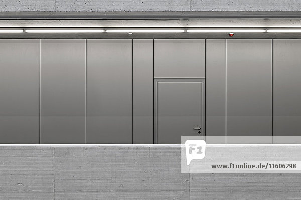 Geschlossene Tür an Metallwand im Büro