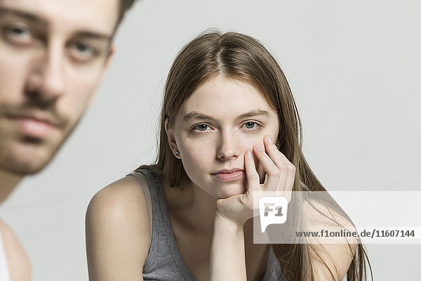 Porträt von Mann und Frau vor grauem Hintergrund
