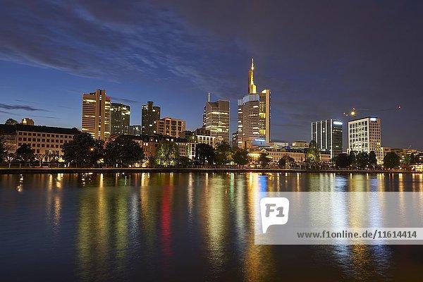 Bankenviertel mit Main  Abendstimmung  Frankfurt  Hessen  Deutschland  Europa