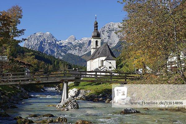 Pfarrkirche St. Sebastian mit Ramsauer Ache  hinten Reiteralpe  Ramsau  Berchtesgaden  Berchtesgadener Land  Oberbayern  Bayern  Deutschland  Europa