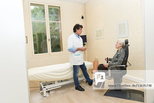 Reportage on a physiotherapist who practices vestibular rehabilitation on patients suffering from dizziness. A patient suffering from Ménière's disease. A session in a swivel chair.