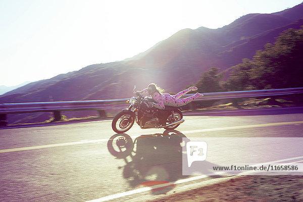 Mann in rosa Strampelhöschen auf Motorrad  Malibu Canyon  Kalifornien  USA