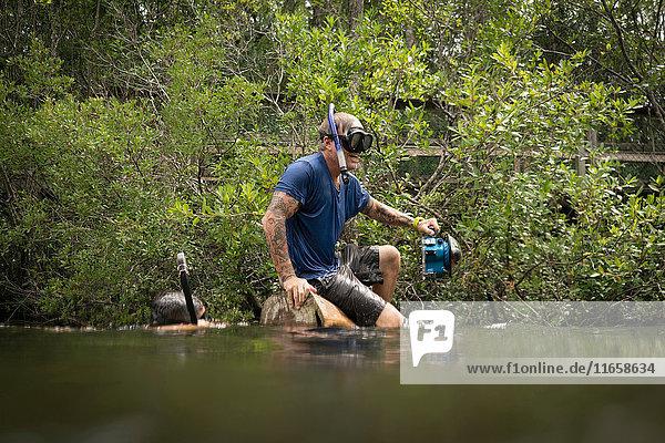 Freunde beim Schnorcheln im See  Niceville  Florida  USA