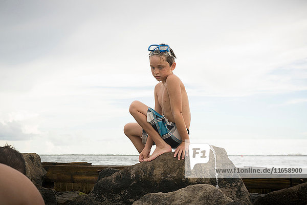 Boy Rock Pooling  Golf von Mexiko  Smaragdküste  Florida  USA