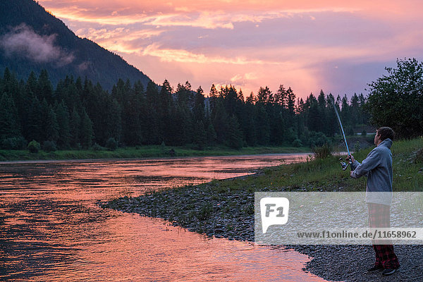 Teenager Junge beim Angeln im Fluss bei Sonnenuntergang  Washington  USA