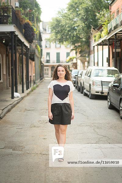 Frau  die auf der Straße geht  French Quarter  New Orleans  Louisiana  USA