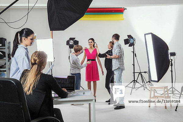 Stylisten Styling-Modell beim Fotostudio-Shooting