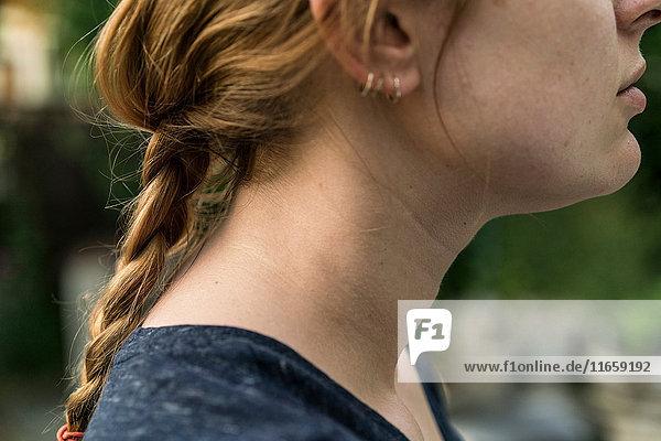 Seitenansicht einer Frau mit geflochtenen roten Haaren