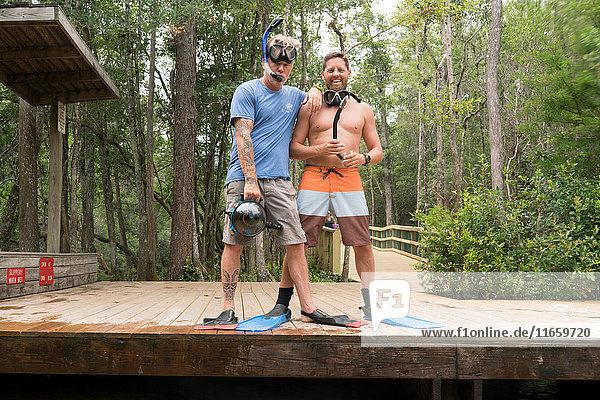 Freunde mit Schnorchel und Schwimmflossen am Steg  Niceville  Florida  USA