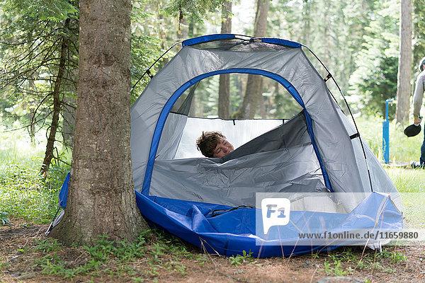 Teenager  der aus dem Zelt kommt  Washington  USA