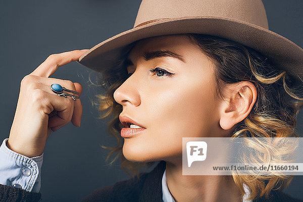 Profilporträt einer Frau mit Hut