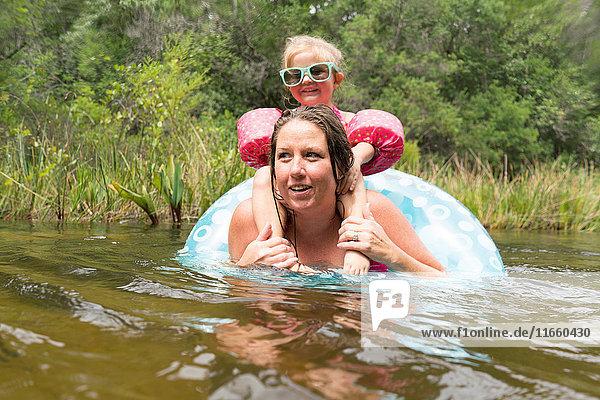 Mutter und Tochter mit aufblasbarem Ring im See  Niceville  Florida  USA