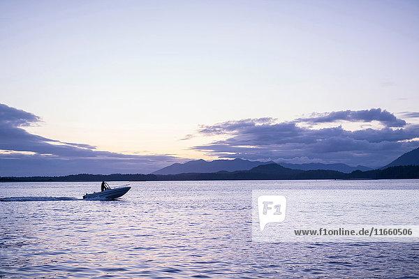 Mann im Schnellboot auf dem Wasser  Pacific Rim National Park  Vancouver Island  Kanada