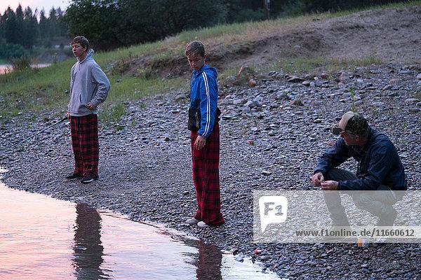 Teenager-Jungen und Vater am Wasser  Washington  USA