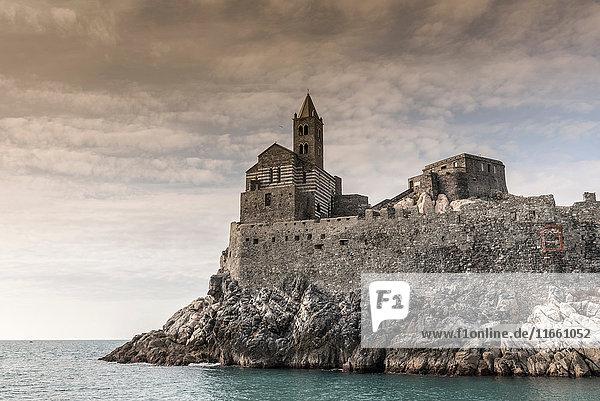 Ansicht der Peterskirche auf den Felsen der Landzunge  Porto Venere  Ligurien  Italien