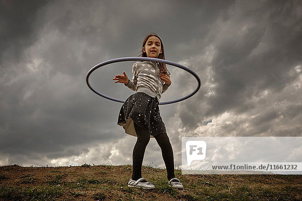 Mädchen spielt mit Reifen