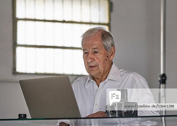 Älterer Mann mit Laptop