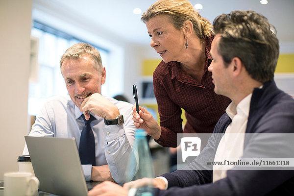 Kollegen im Büro mit Laptop-Computer