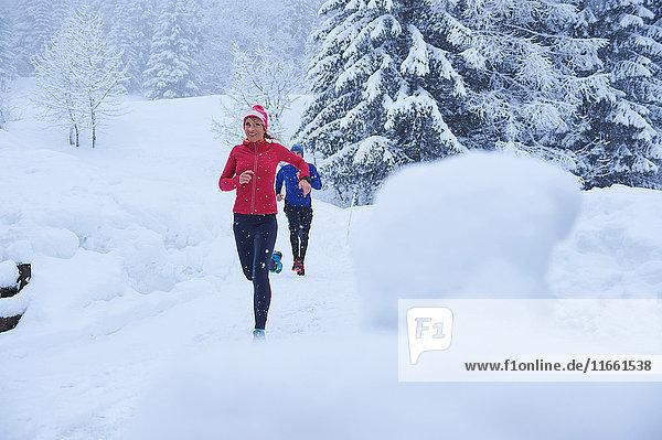 Läuferinnen und Läufer laufen auf Tiefschneebahnen  Gstaad  Schweiz