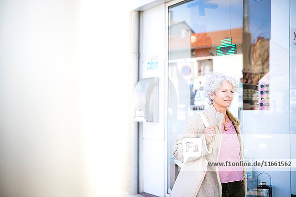Reife Käuferin geht an lokaler Bank vorbei