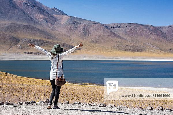 Frau am See Miscanti mit erhobenen Armen  San Pedro de Atacama  Chile