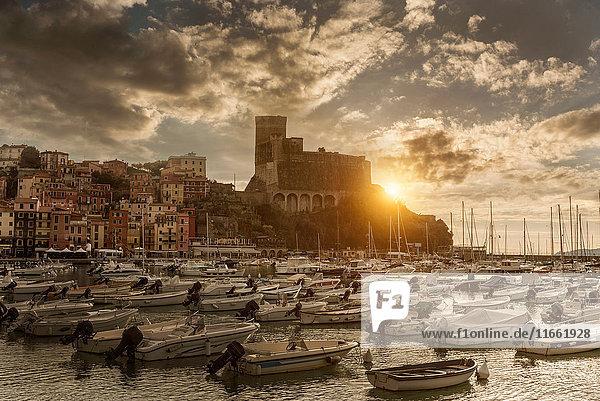 Blick auf Hafenyachten und Schloss bei Sonnenuntergang  Lerici  Ligurien  Italien