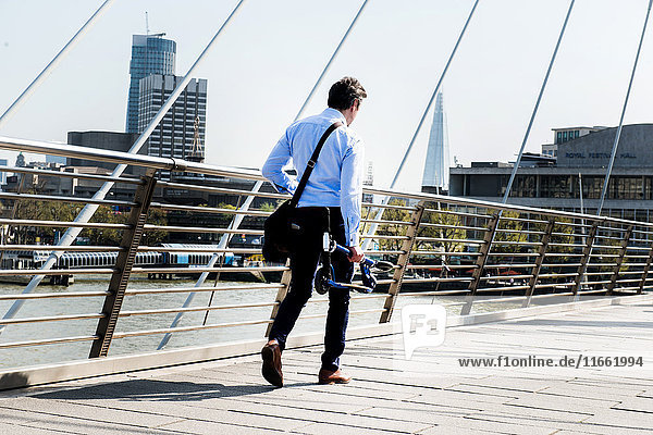 Geschäftsmann mit Roller  Hungerford Bridge  London  UK